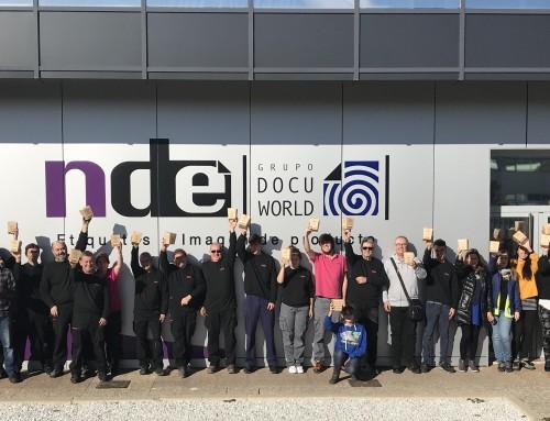 Los trabajadores de NDE reciben sus bolsas de tela